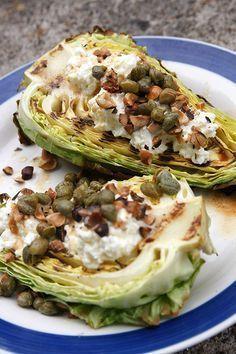 Grillad spetskål med chèvre, hasselnötter, kapris och brynt smör. Att veganisera!