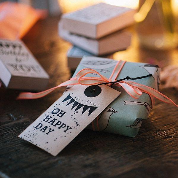 Dieser Stempel im Vintage Look ist bei der Hochzeit vielseitig einsetzbar und verbreitet zuverlässig gute Laune! Perfekt zur Verzierung von Gastgeschenken und für DIY - Projekte.
