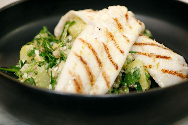 Schartong of tongschar is bekend onder heel wat namen waaronder melktong, steenschol of steenschar. Het is een delicate vis die wordt gevangen in de Noordzee en quasi het hele jaar verkrijgbaar is.In plaats van er tartaarsaus bij te geven, maakt Jeroen een aardappelsalade met alle ingrediënten van tartaar: kappertjes, hardgekookte eieren en veel groene kruiden. In combinatie met de gegrilde vis is het een perfecte lichte lunch of voorgerecht.