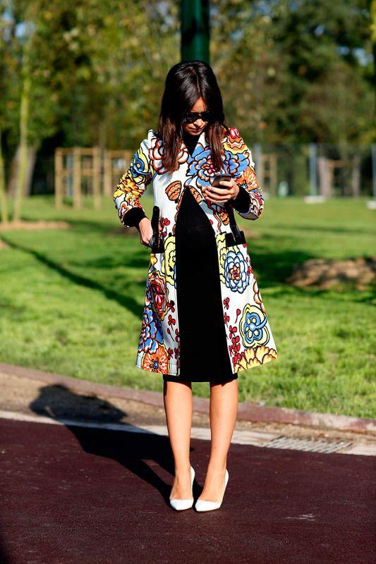 Concentrada en su 'smartphone', Miroslava Duma vuelve a apostar por el color en esta Semana de la Moda de París.