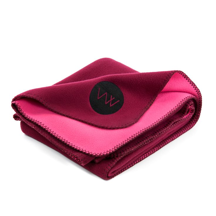 A sumptuously soft fleece blanket for comfort, warmth and easy care. Presented in a premium leather roll wrap with carry handle to take wherever you are.  Colour : Wein