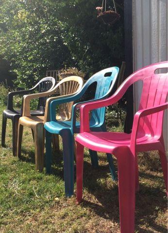 Har ett par vita plast stolars som stått ute året runt. Plasten har blivit missfärgad och tråkig så att spray måla dem i olika färger är ett...