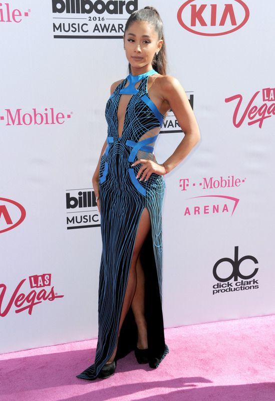 Ariana Grande eligió el azul para su vestido largo con aberturas en el cuerpo y en la falda.