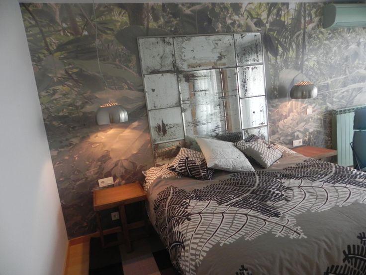 Todo coordinado para este dormitorio con muebles recuperados, espejos antiguos, telas por metro, y gran mural.