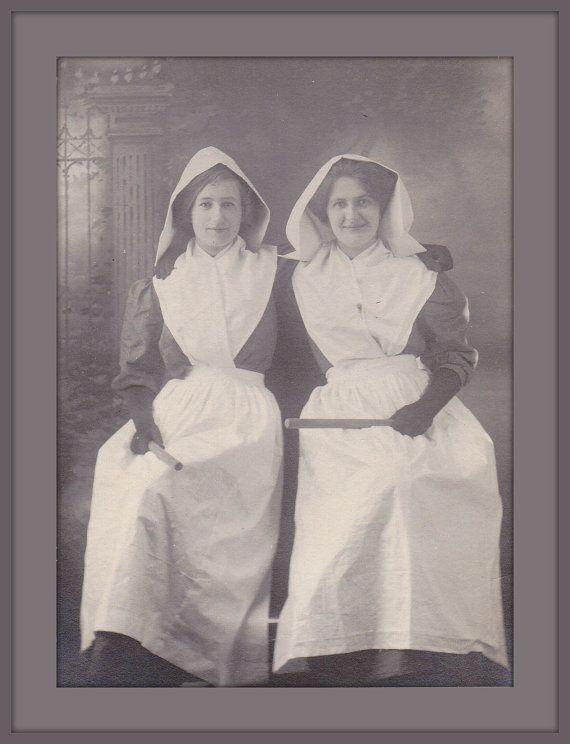 Enfermeras recién graduadas con el diploma en la mano (1900)