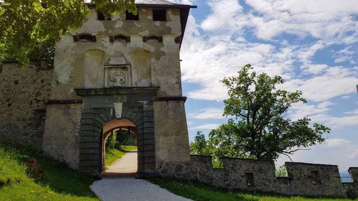 À travers les portes le long du chemin du château jusqu'au château Hochosterwitz (c) Carinthia TO …