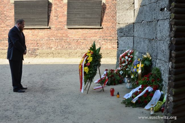 """On 1 August 1944, the Warsaw Uprising began. On the anniversary of this event, promptly at 17.00 – the commencement of fighting by the insurgents at the """"W"""" hour – the director of the Museum, Dr Piotr M.A. Cywiński, laid a wreath at the Death Wall and paid tribute to the heroes and victims of the Uprising — including the thousands of residents of the capital deported to Auschwitz."""