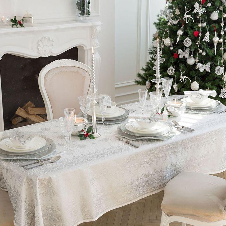 Decoración mesa navideña en tonos blancos. Un resultado elegante para las cenas familiares estas fiestas!