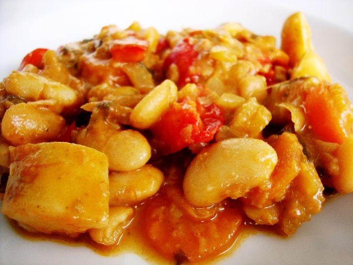 Pre 4 osoby: 1/2 šálky (100 g) suchej bielej fazule 2 polievkové lyžice olivového oleja 1 veľká cibuľa, nakrájaná nadrobno 2 strúčiky cesnaku, nakrájané nadrobno 1 hrsť čerstvej petržlenovej vňate,…