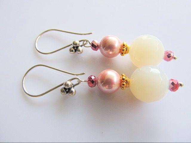 Oorbellen Milky Pink agaat microfacet melktint met roze shellparel en roze kristalglas facet rondellejtes. spacer goud op zilver, rest zilver.