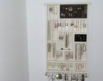 Faite sur mesure juste pour vous afin que vous pouvez choisir vos propres couleurs, que notre organisateur de bijoux aidera à faire une petite place fonctionnelle, que ce soit votre chambre dortoir, chambre à coucher, salle de bains ou un placard. Cet organisateur de bijoux est fini en noir en détresse avec argent % tonique. Il comporte des sections de tailles différentes pour aider à organiser vos boucles doreilles, bracelets, bagues et colliers. Il est livré avec une pièce de panneau de…
