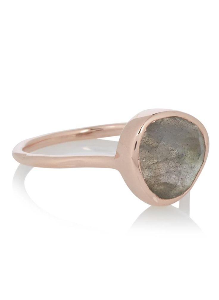 Monica Vinader is geboren in Spanje en ontwerpt al haar sieraden vanuit haar eigen studio in Norfolk. Het Britse label staat bekend om de collectie vriendschapsarmbanden en het gebruik van edelstenen en fijne diamantjes. De alledaagse ontwerpen van Monica Vinader geven een persoonlijke touch aan iedere outfit.