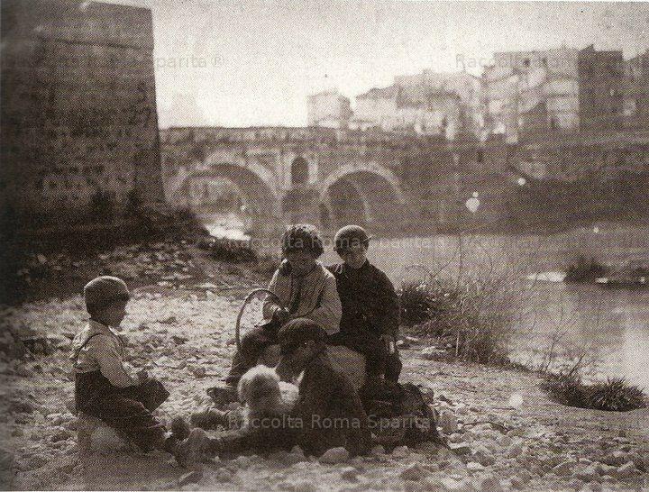 Ragazzi sulla riva del Tevere. Circa 1880. Ettore Roesler Franz.