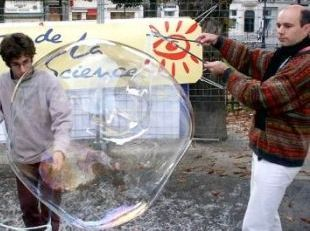 Recipe and scientific explanations for giant bubbles (French)