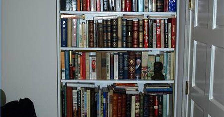 Como fazer uma estante de livros montada na parede. Estantes de livro podem dar um ar mais atraente a um quarto. As melhores opções são aquelas que parecem parte natural do cômodo, como, por exemplo, uma estante de livros montada na parede que se mescle com perfeição. Este design se adapta a estantes de livros pequenas ou em grandes torres, e permite o uso de prateleiras ajustáveis.