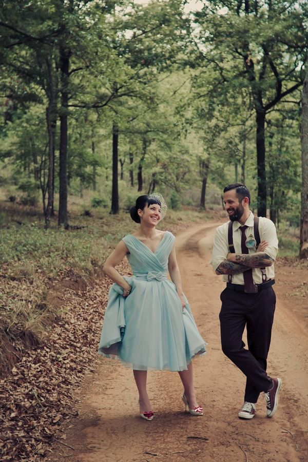 Tenho uma amiga que casou de azul, exatamente o mesmo tom que essa noiva. Lembrei dela (que está tendo filho hoje!) assim que vi essa foto. Reparou na Melissa nos pés? Sempre esse modelo, né? Via…
