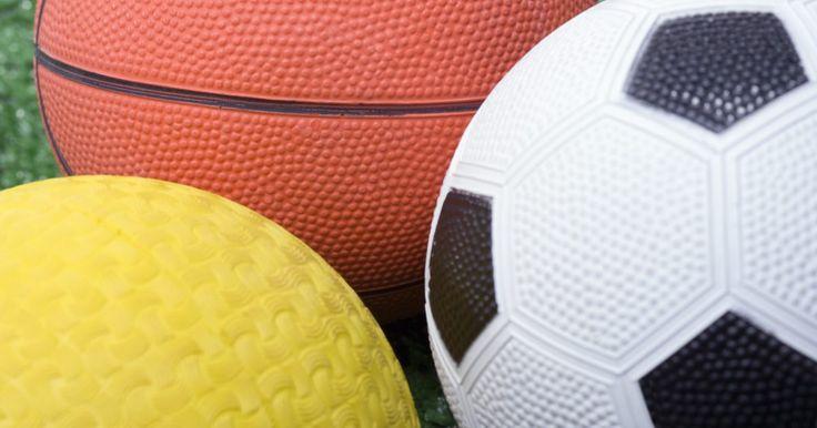 """Esportes que não usam bola. A palavra """"esportes"""" deve encher sua cabeça com imagens de futebol, basquete, vôlei e futebol americano. Mas muitos esportes desafiadores e competitivos não envolvem jogar, pegar ou chutar uma bola. Muitos bons atletas se esforçam para alcançar a excelência, atingir metas e entender o espírito de esportes que não envolvem nenhuma forma de manuseio ..."""