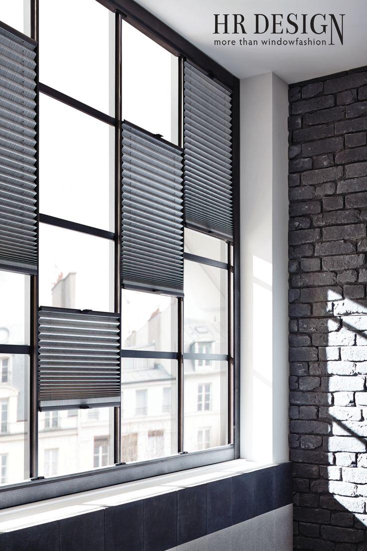 Een grote keuze uit kleur en materiaal en een eindeloze flexibiliteit bij de montage. Honingraat en plissé gordijnen op maat komen helemaal tot zijn recht als u spreekt over de begrippen veelzijdigheid, decoratief en functionaliteit. De HR Design plissé gordijnen en honingraat zijn perfect voor ramen met bijzondere vormen en grootte. Van schuine ramen, driehoeksramen tot ronde ramen en van trapeziumramen tot de ramen van een serre.