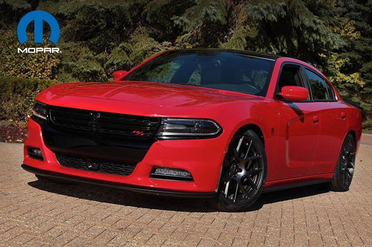 DODGE CHARGER R/T MOPAR - El icónico Muscle Car de cuatro puertas se rediseña con elementos únicos Mopar como un difusor delantero, faldones y alerón trasero. Líneas negras enmarcan el color rojo TodRed, junto con los rines de aleación ligera de 20 pulgadas. La toma de aire frío Mopar mejora el desempeño del motor V-8 HEMI de 5.7 litros. Otros elementos que se incorporan en el Dodge Charger R/T Mopar son las barras estabilizadoras y de tensión delanteras y traseras.