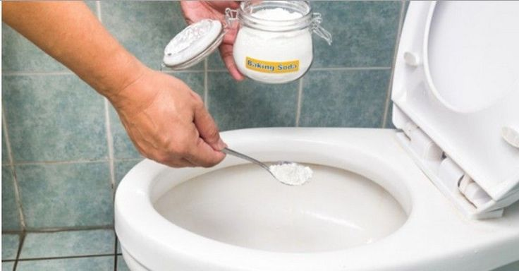Čištění toalety mnozí lidé nemají v lásce. Namísto chemických prostředků si vytvořte vlastní čistič WC, který zanechá vaši toaletu čistou.