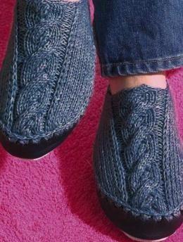 Hüttenschuhe mit Zopf - Gratisanleitung: Für kuschelig warme Füße - diese Hausschuhe werden mit doppeltem Faden aus Regia 6 fädig gestrickt und mit einer Ledersohle für Hüttenschuhe versehen.