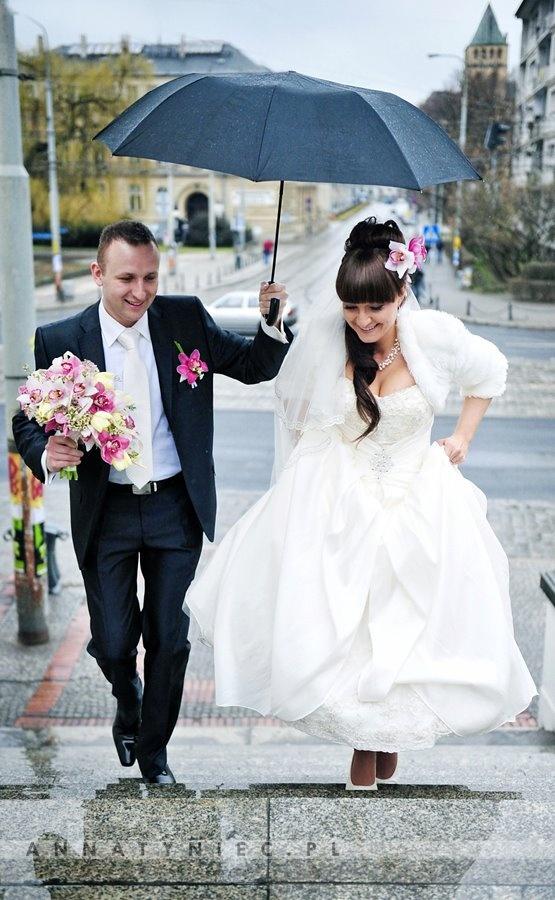 Ślub w deszczu    Fotografia ślubna Wrocław, Anna Tyniec    https://www.facebook.com/AnnaTyniecFotografie