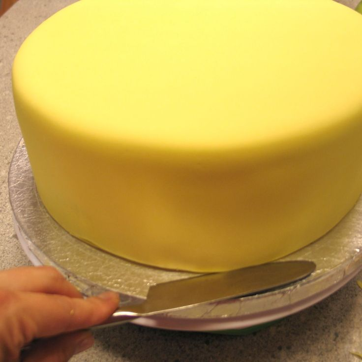 How to apply perfectly smooth fondant to cakes.