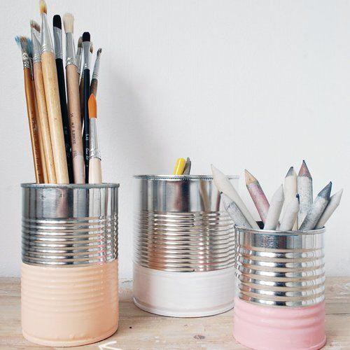 Les boîtes de conserves transformées en  pots à crayons