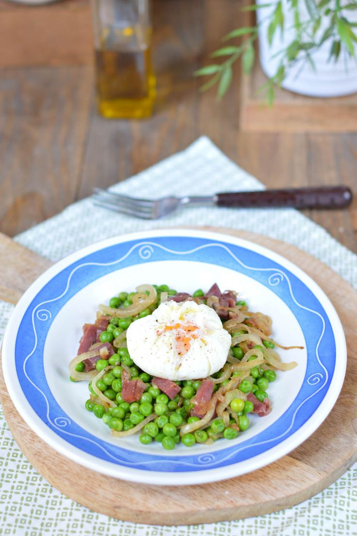Guisantes con jamón y huevo poché, receta sencilla paso a paso