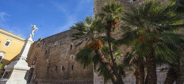 Castello di Gioia del Colle - Gioia del Colle (Bari) Edificato da Riccardo Siniscalco, il Castello di Gioia del Colle è stato ridisegnato da Ruggero II e dall'imperatore Federico II. 40°48′00″N 16°56′00″E