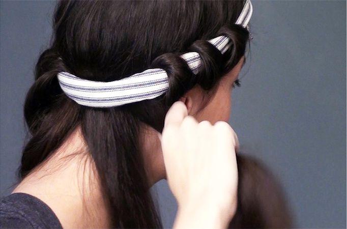 Hai i capelli LISCI e cerchi un tocco di novità? Le #questionidistile son qui per te! Parliamo del metodo con la FASCIA: indossala intorno alla testa e sulla fronte, dividi i capelli in 4-5 ciocche, passa uno spray leggero e poi arrotola attorno alla fascia (vedi foto). Dormici sopra, al mattino avrai morbide onde voluminose! Crea il tuo stile, scegli HairArt Italy! #hair #hairartitaly