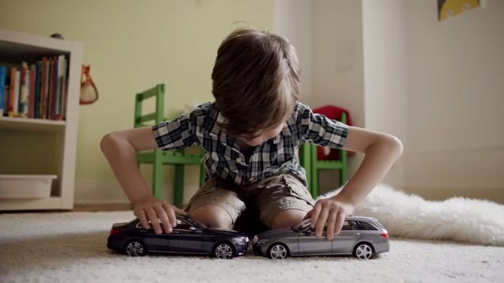 """Para ilustrar o poder do seu sistema de freios """"Brake Assist System PLUS"""", a Mercedes-Benz deu às crianças carros de brinquedo que não batem de frente. Saiba mais: http://bit.ly/1LNWOSH #Campanha #MercedesBenz #Crianças"""