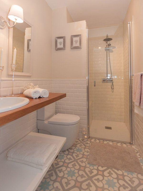 Las 25 mejores ideas sobre cuartos de ba os peque os en for Revestimiento para banos pequenos