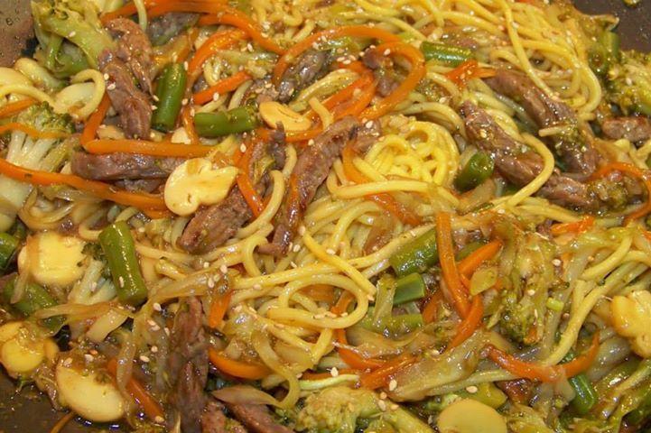 300g de filé mignon cortado em tirinhas curtas  - 1/2 xícara (chá) de shoyu  - 2 colheres (sopa) de saquê  -   - Repolho  - Cenoura  - Brócolis  -   - Cogumelo em conserva a gosto  - Vagem  - 1 cebola  -   - Gergelim torrado (opcional)  - Óleo de gergelim torrado  -   - Para o molho:  -   - 500ml de água  - 2 cubos de caldo de carne  - 1 xícara (chá) de molho de soja (shoyu)  - 2 colheres (sopa) de maisena  - 500g de macarrão próprio para Yakisoba