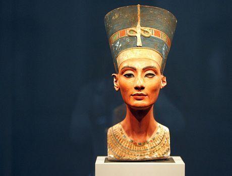 Stáří slavné busty egyptské královny Nefertiti se původně odhadovalo na 3 400 let. Historik umění Henri Stierlin, který sádrovou podobiznu panovnice studoval čtvrt století, ale tvrdí, že jde o falzifikát z roku 1912.