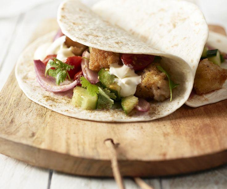 Avete mai assaggiato i tacos messicani al pesce? Ecco l'occasione per scoprire questa deliziosa variante! Prepariamo delle gustose pepite di pesce in una crosticina croccante e speziata, accompagnate da una saporita salsa di pomodori arrostiti. È un modo creativo per far mangiare il pesce ai bambini, vietato usare le posate!