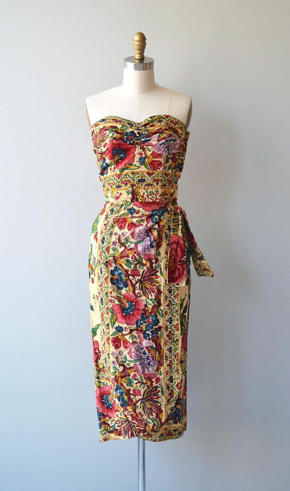 Vintage 1950s block print Indian cotton dress with sweetheart neckline, boned bodice, prong set rhinestones, nipped waist, side tie, wrap style skirt, metal side zipper and matching cap sleeve bolero. Oh boy. --- M E A S U R E M E N T S --- fits like: xs bust: 32-33 waist: 25.5 hip: up to 38 length: 41 brand/maker: n/a, expertly hand made condition: excellent to ensure a good fit, please read the sizing guide: http://www.etsy.com/shop/DearGolden/policy ✩ ...