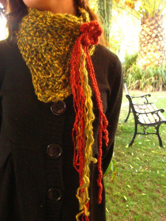 Cuello grande con prendedor de lana y madera.