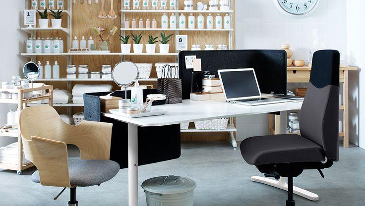Spazio di lavoro con scrivania bianca e sedia grigia. Parete in legno con scaffali bianchi e prodotti per spa.