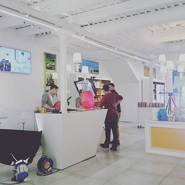 Aujourd'hui à la boutique c'est tournage !  #florel #florelenprovence #tournage #teashop #tea #thé #tisanes #tisane #infusions #infusion #Provence #film #video #canon #boutique #islesurlasorgue #lislesurlasorgue #shooting #romonnature #provencedantan #plantasia #plantasiateas #france #avignon