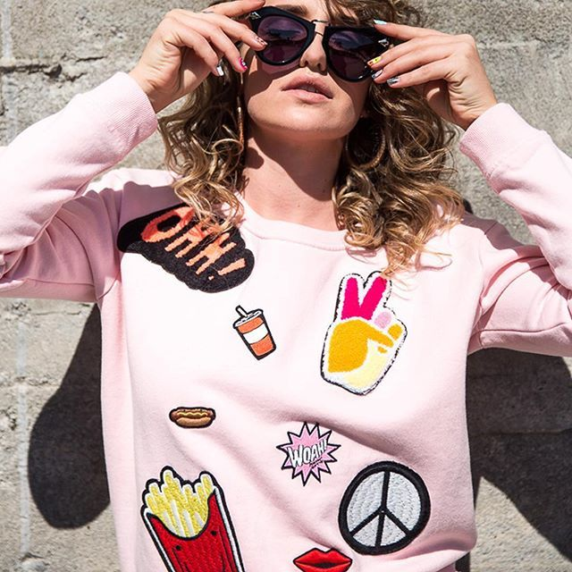 🎈 WIN 🎈 We are giving away one of our popular Maison Scotch Pop Art Sweaters and a Maison Scotch Tee. To enter all you have to do is follow @etvoustyle and tag a friend! Enter as many times as you like ✌🏼 Open worldwide 🌏 Winner drawn Friday 18th November