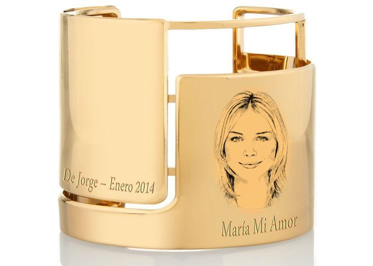 Rostro de ella en brazalete de oro