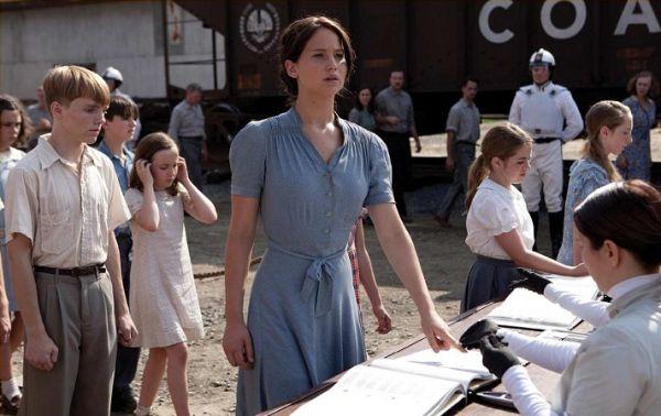 Para el día de la cosecha, Katniss Everdeen elige un vestido de color azul pálido inspirado en los años 3o y confeccionado por Makovsky con tela vintage.