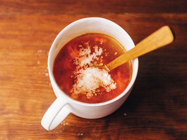 深夜に食べても後ろめたさゼロ! サラダ&スープの一皿レシピ  マグカップでつぶしながら食べる!  簡単でおいしい「焼きトマトのスープ」