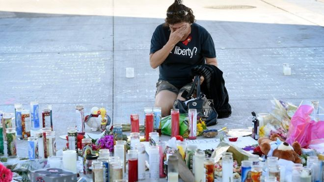 Las Vegas'ta 58 kişinin yaşamını yitirdiği , 500'den fazla kişinin de yaralandığı katliamla ilgili soruşturma devam ediyor.