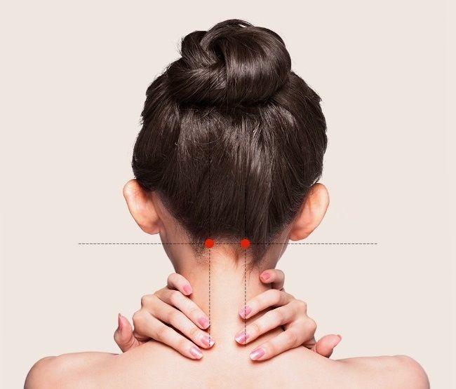 Masírovanie týchto bodov pomáha pri upchatom nose, silnej bolesti hlavy až migréne, ale znižuje aj bolesť očí či uší.