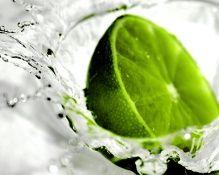 Pour neutraliser les mauvaises odeurs dans les canalisations, versez 2 cuillères à soupe de marc de café dans votre évier. Faites ensuite couler l'eau abondamment. Aucun danger de boucher vos canalisations, mais extermination des odeurs assurée ! / Ou prenez un citron que vous découpez en deux. Frottez généreusement votre évier avec le citron. Toutes les odeurs de friture, poisson ... auront disparu !