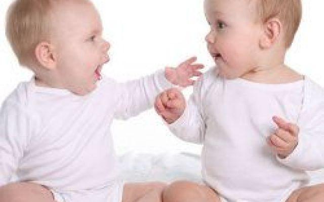 Le gemelline hanno papà diversi: la scoperta mette nei guai la mamma Una coppia del New Jersey, negli Stati Uniti, ha scoperto che le loro due gemelline in realtà hanno papà diversi. Si tratta di un avvenimento raro che accade 1 volta ogni 13.000 ma questa sorpresa ha #gravidanza #gemelli #mamma #papà