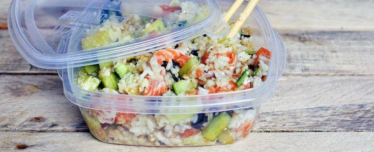 Sushi To Go! Een sushibowl met zalm, avocado, komkommer, nori en soyasaus