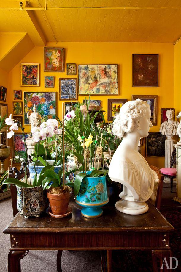 """""""Желтая комната"""". На столе— горшки с орхидеями. Вокруг — коллекция антикварных мраморных бюстов"""